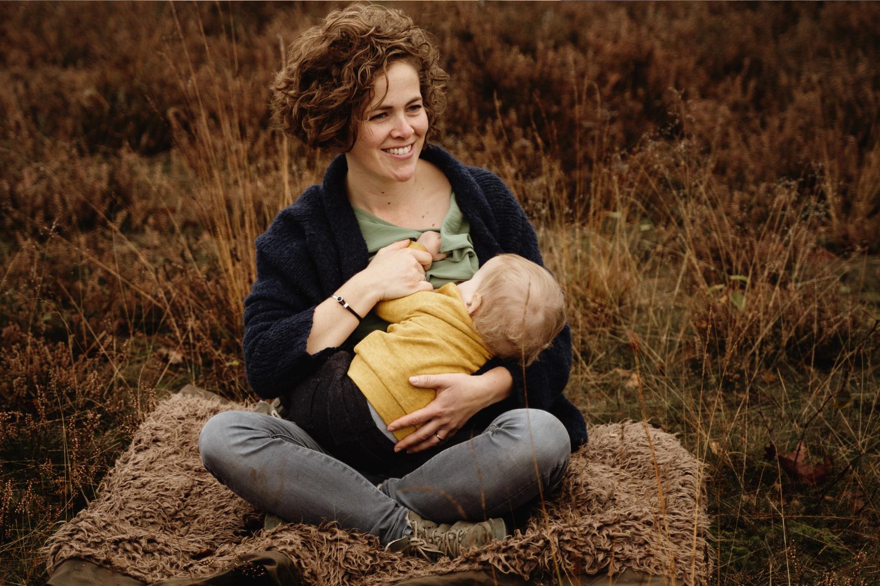 online cursusaanbod. Moeder geeft borstvoeding aan baby.